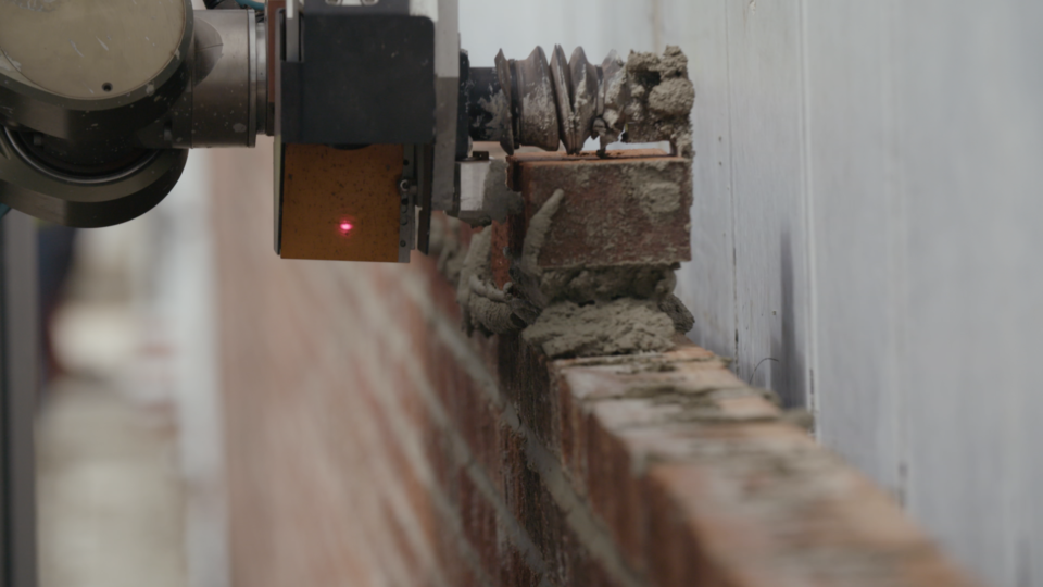 This bricklaying robot can build walls faster than humans | Vice